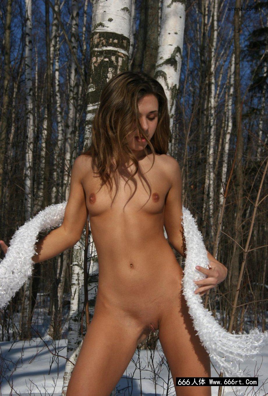 外拍冰天雪地树林里的Osiya_巨乳人体艺术