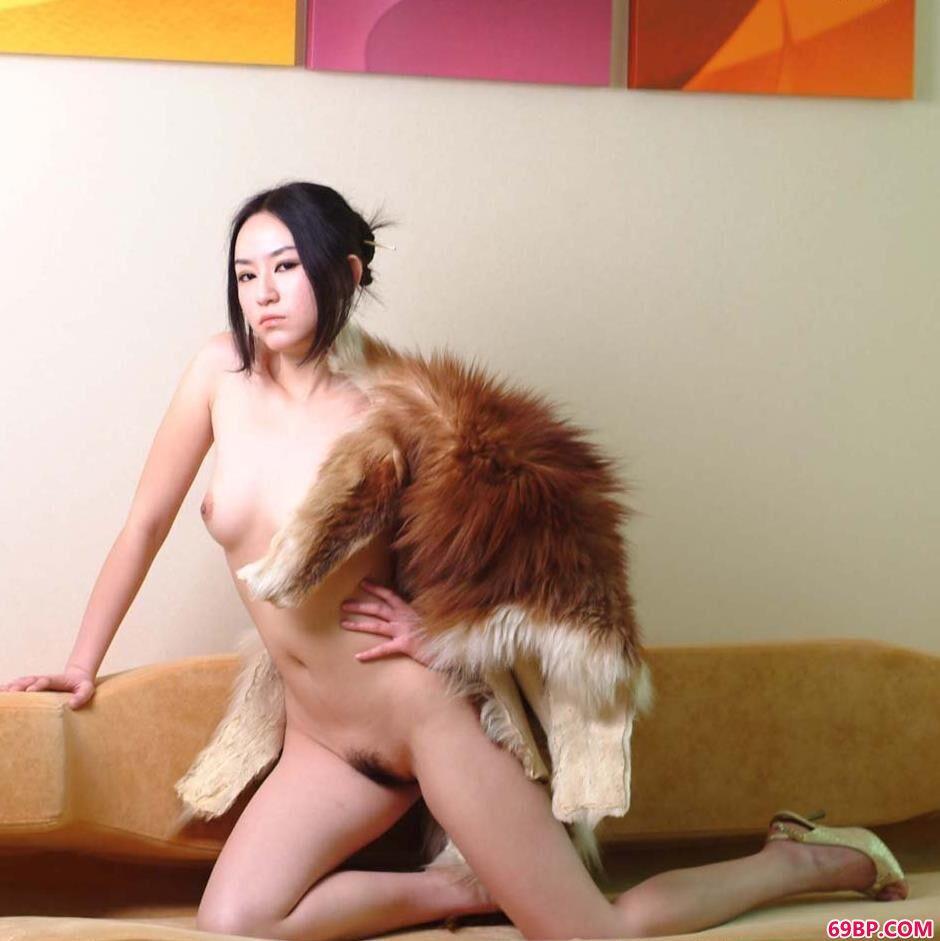 妹子杨芳沙发上的魅惑人体