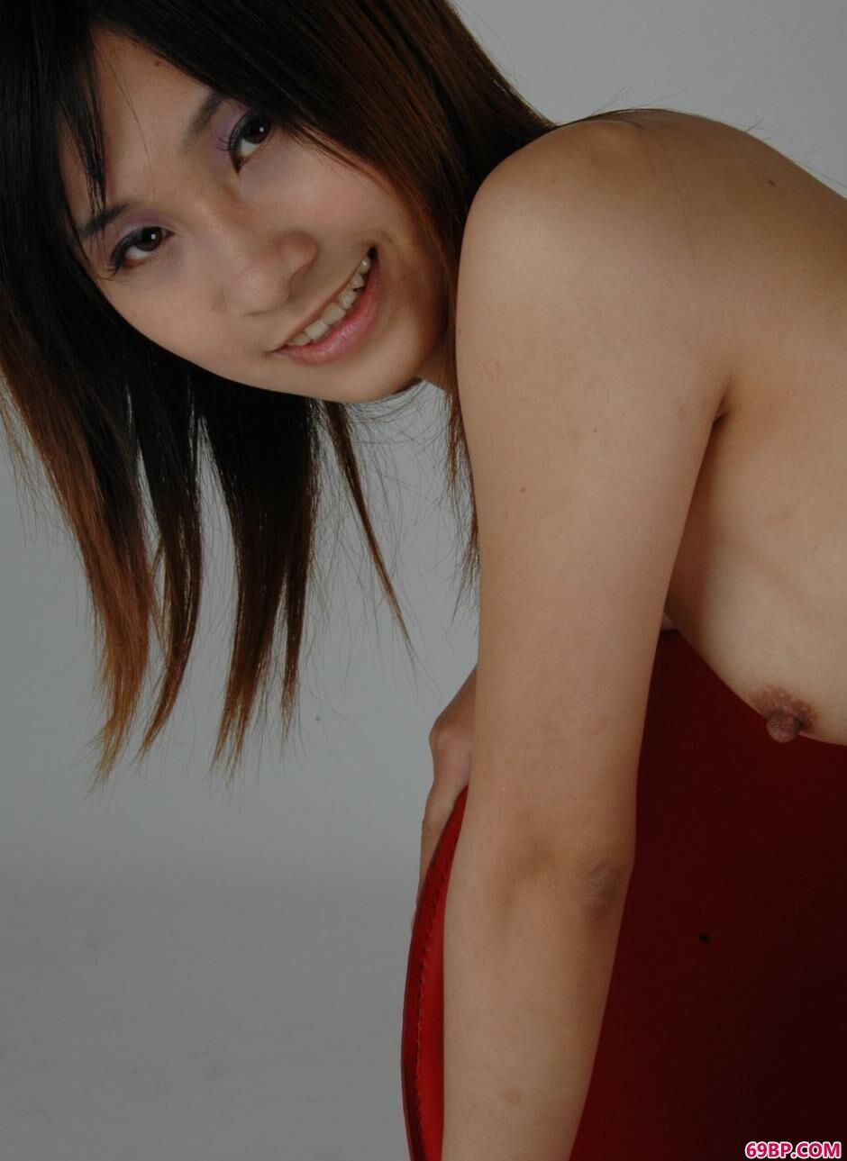 超模雅咪羊毛毯上的清纯人体1_国模李晴私拍黑森林艺术照