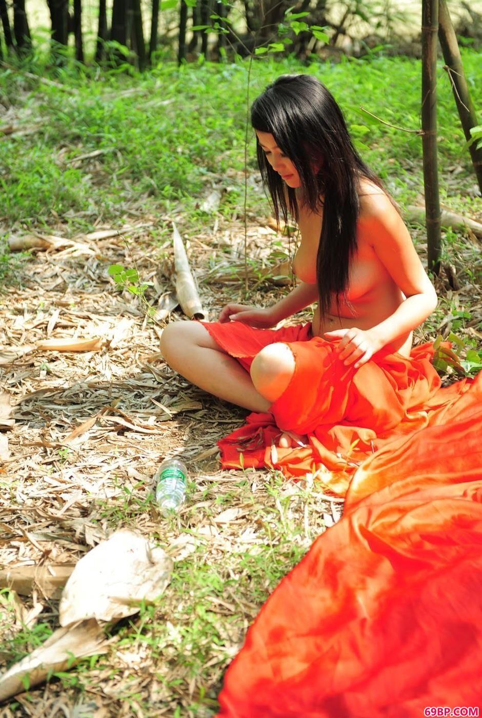 靓女莉莉在竹子下的风情美体