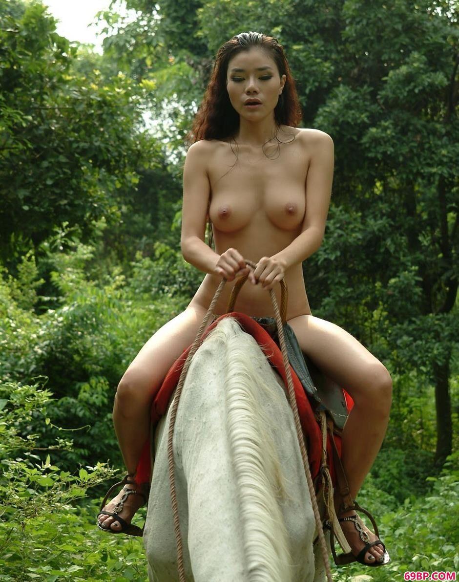 靓女莉娜骑在高头大马上拍人体2_奶头被嘬的又大又硬H