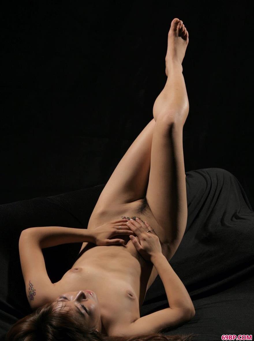 名模依娜室拍黑色沙发上的人体