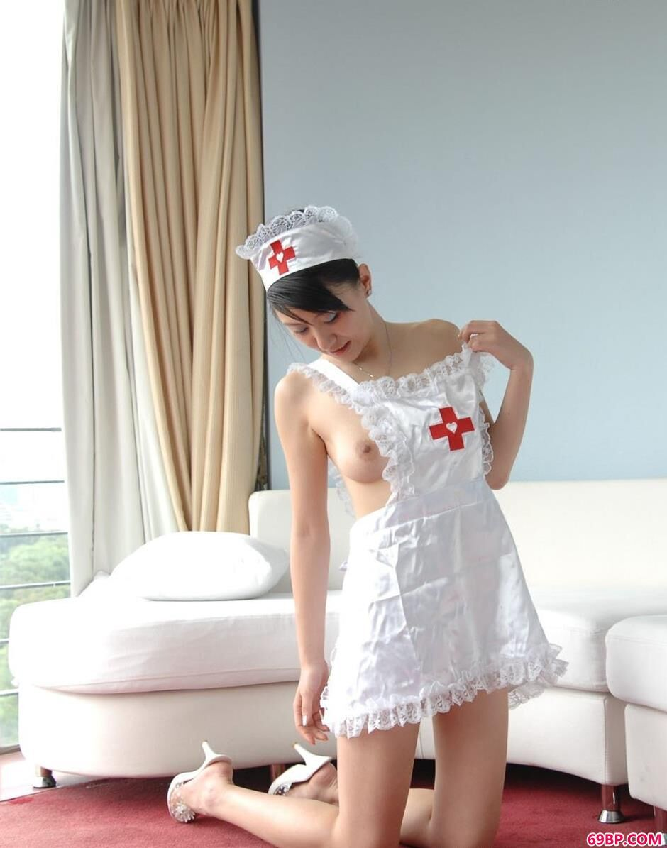 名模露露家中沙发上的风骚护士服,淘波波gogo人体模特