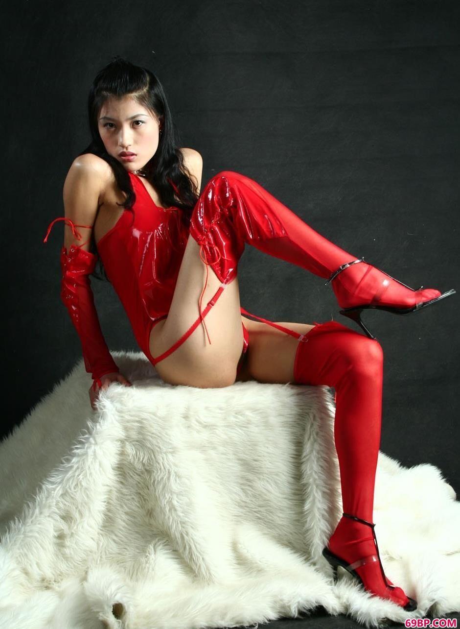梅婷在羊毛毯上的火红人体