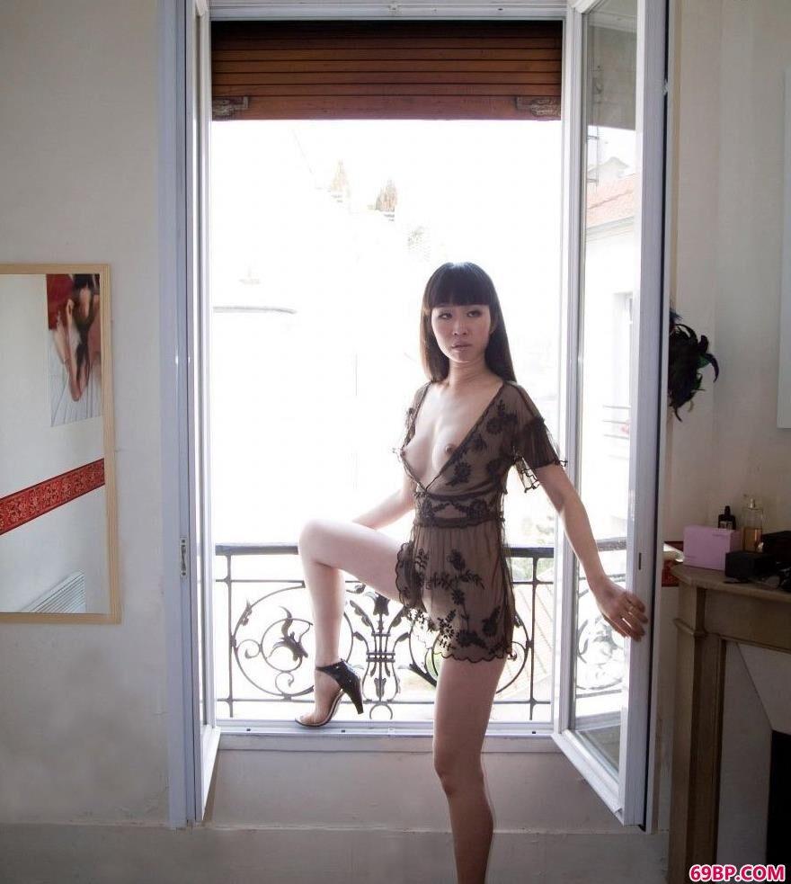 丰满的女人黑色薄纱_台湾人体艺术