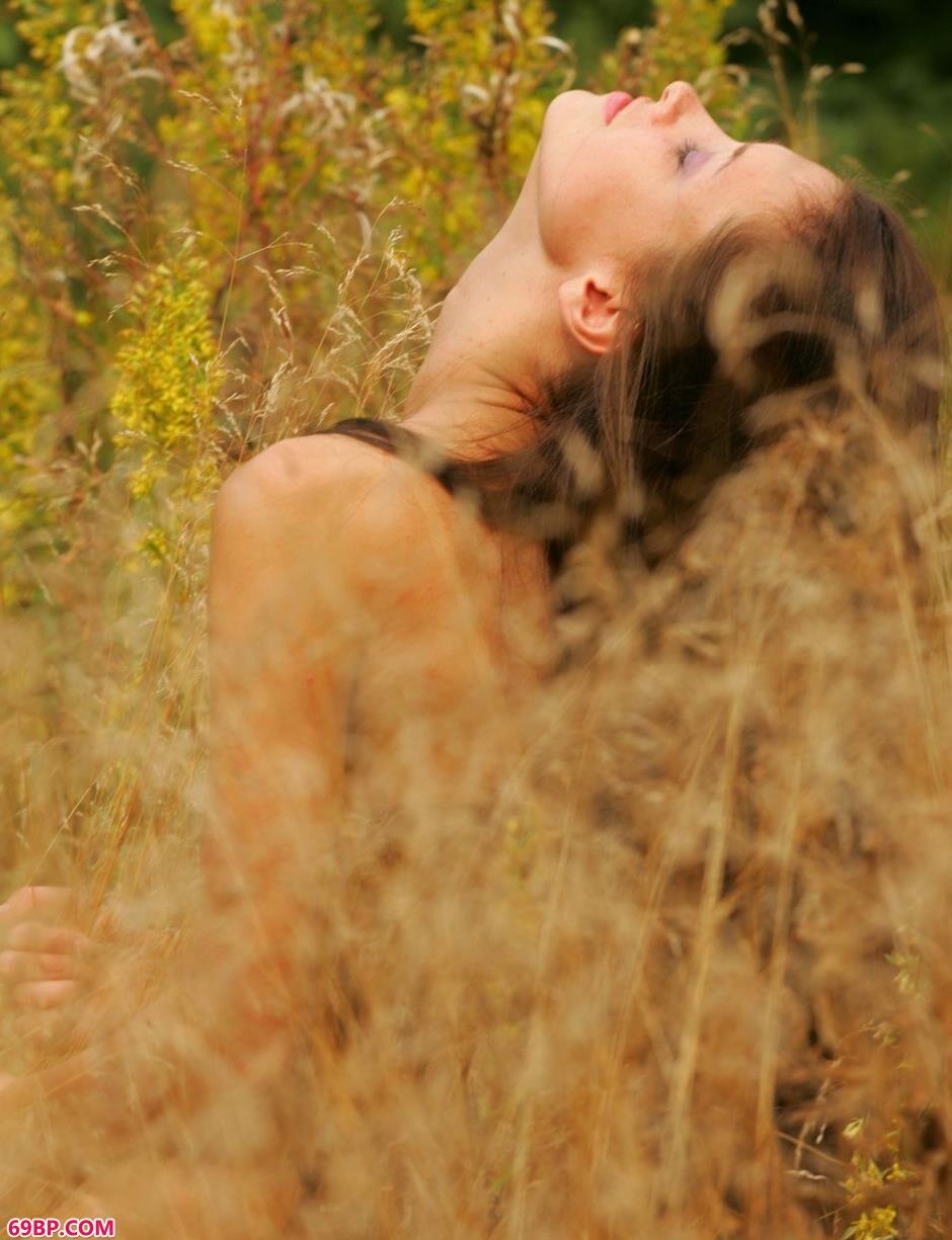 嫩模玛丽亚草丛里的撩人美体2
