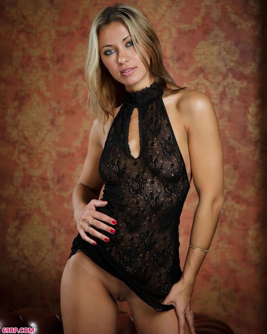 饥渴的护士20p_裸模Taya真皮沙发上的无圣光人体