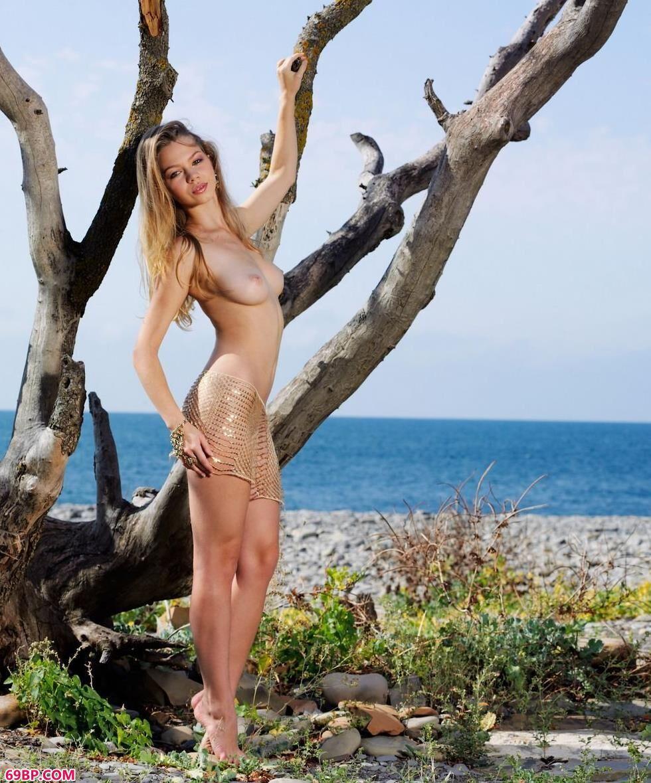 超模Amelia枯树下的妩媚人体_gogo全球高清大胆人