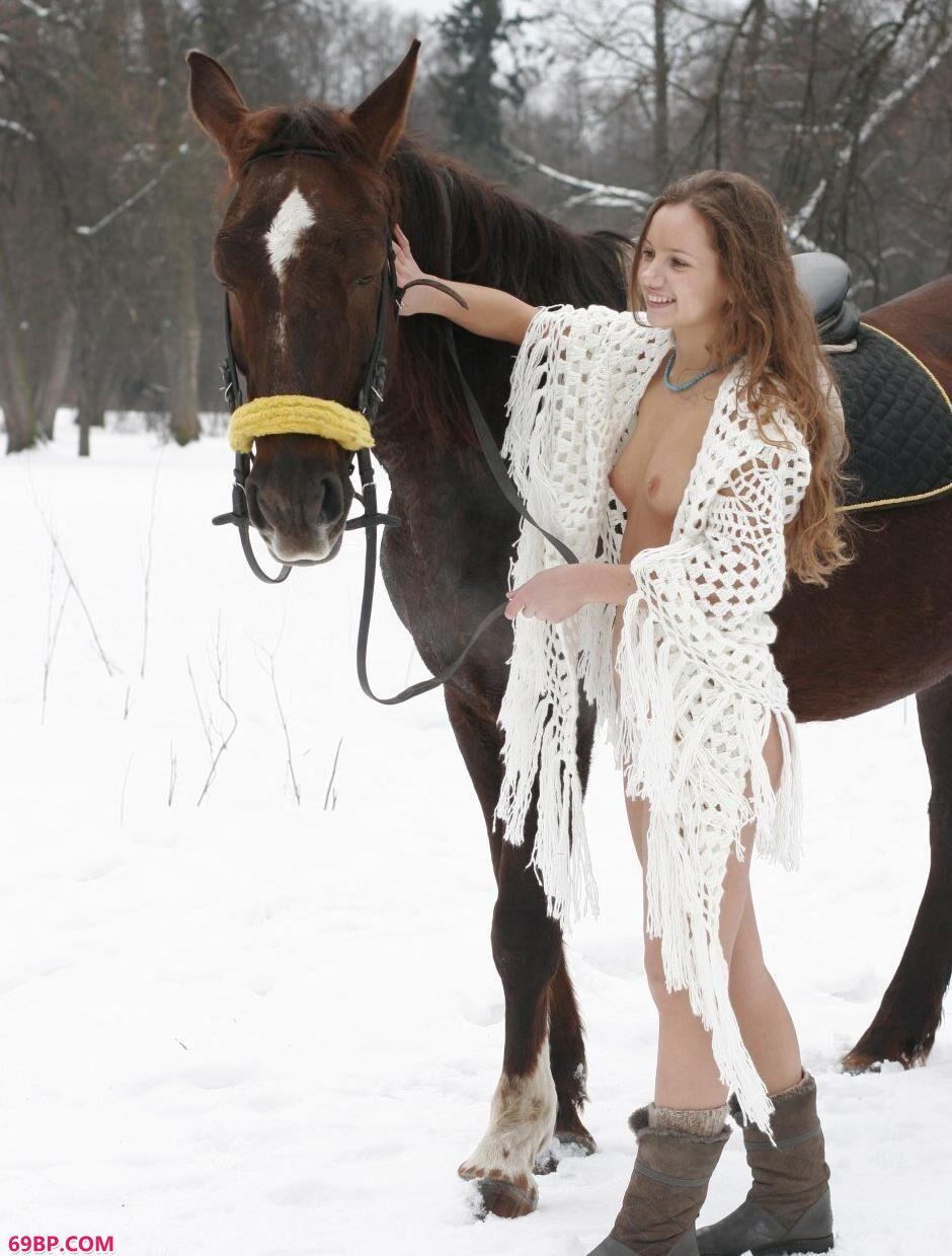 超模Kristina雪中骑马飞奔1