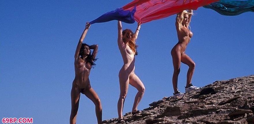 超模与姐妹们在沙滩上的撩人身材_桐山��衣