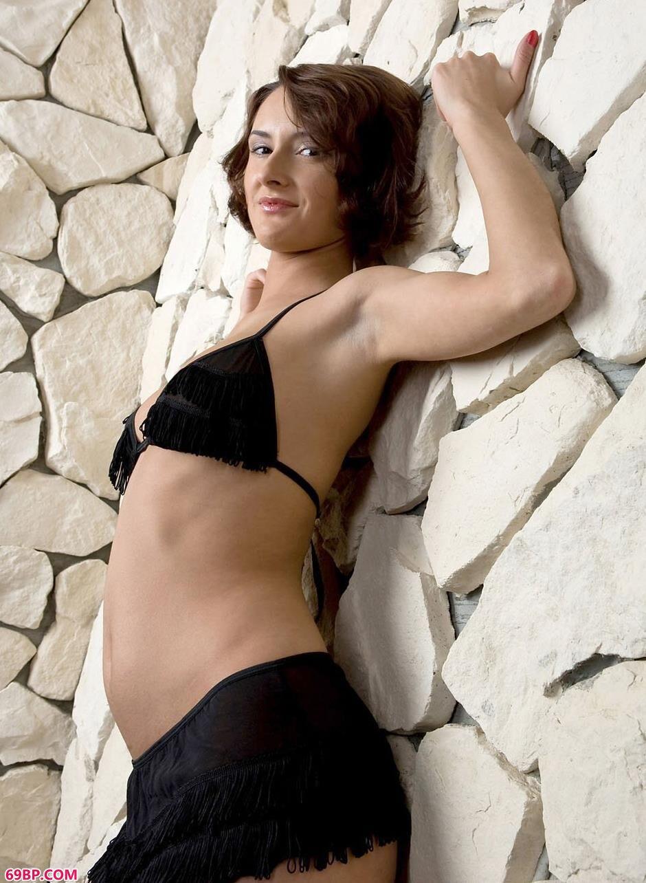 嫩模利昂娜石头墙前的撩人美体,美女棚拍人体艺术写真图片