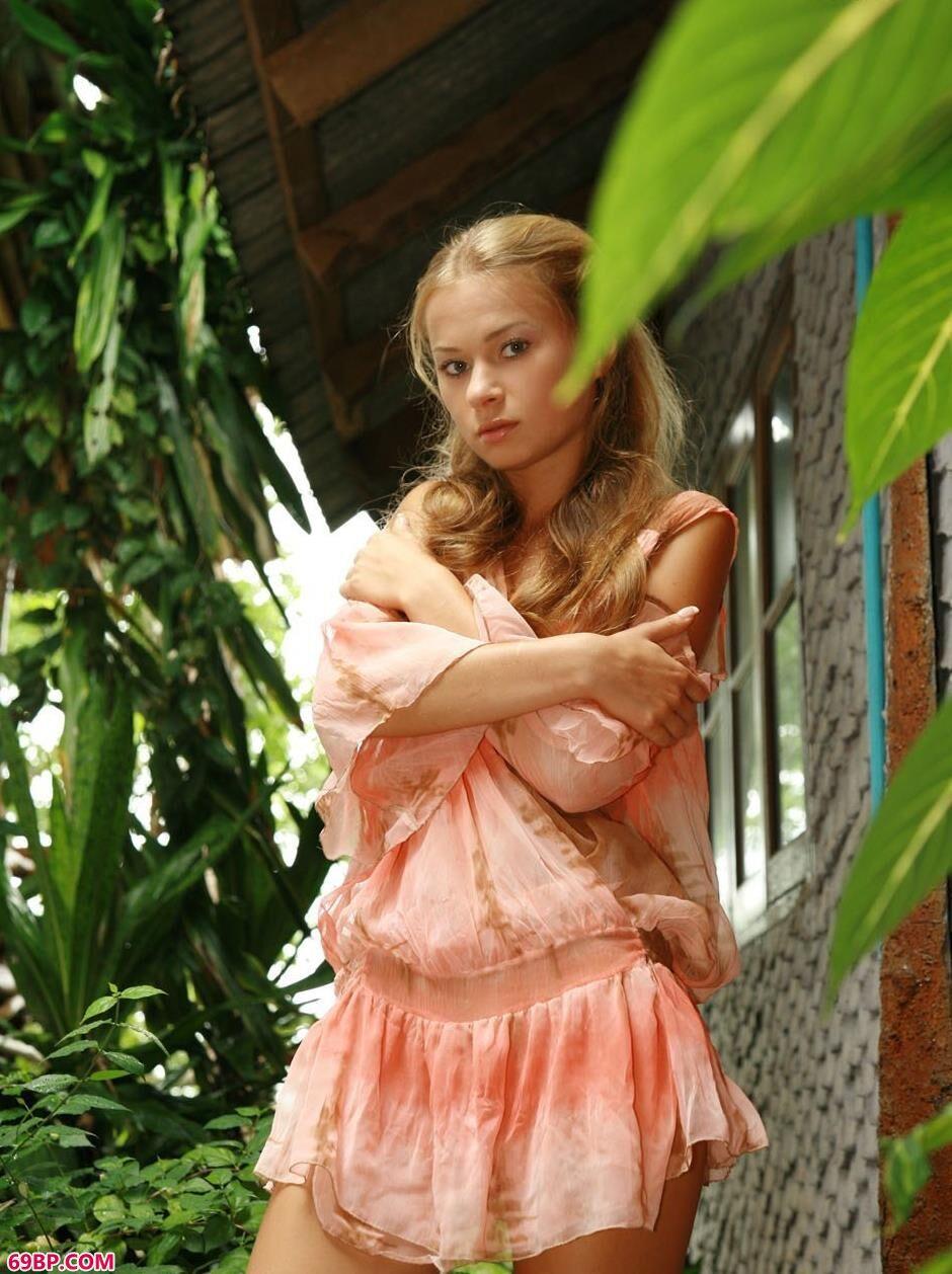 后花园里高跟超模SONYA1_欧美性爱人体艺术