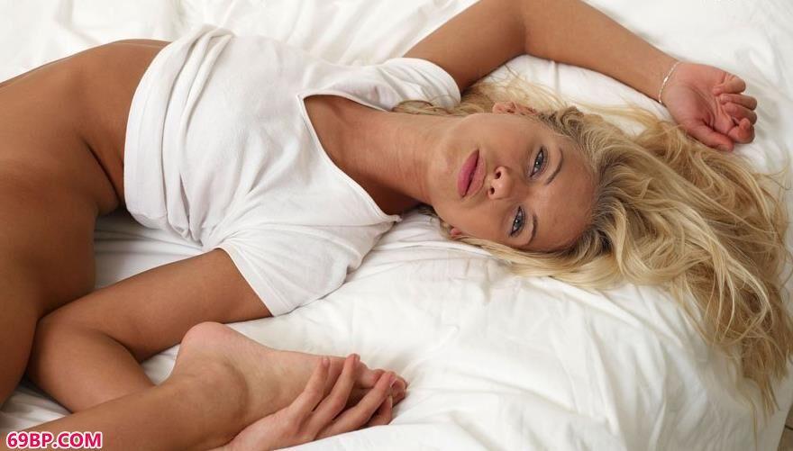 莎莎在床上的瑜伽人体