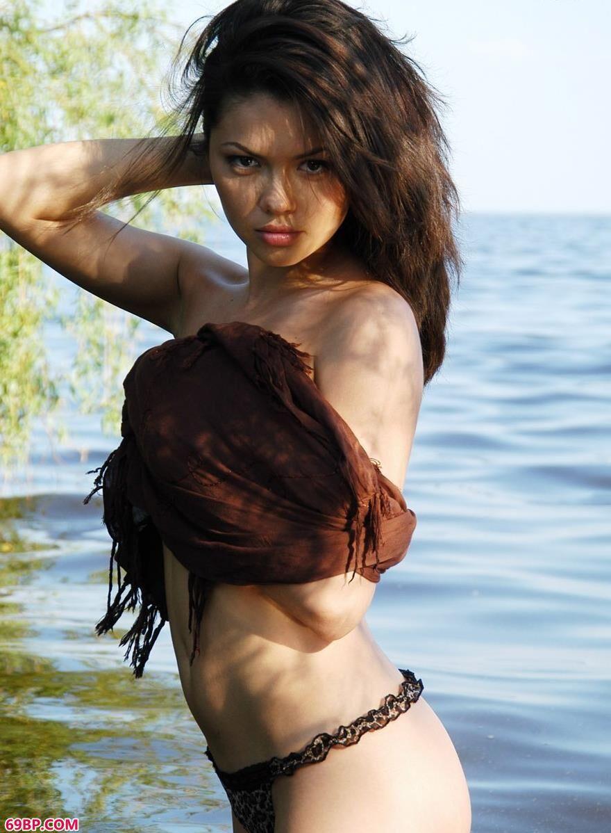 魅惑的linda在湖中的诱惑美体