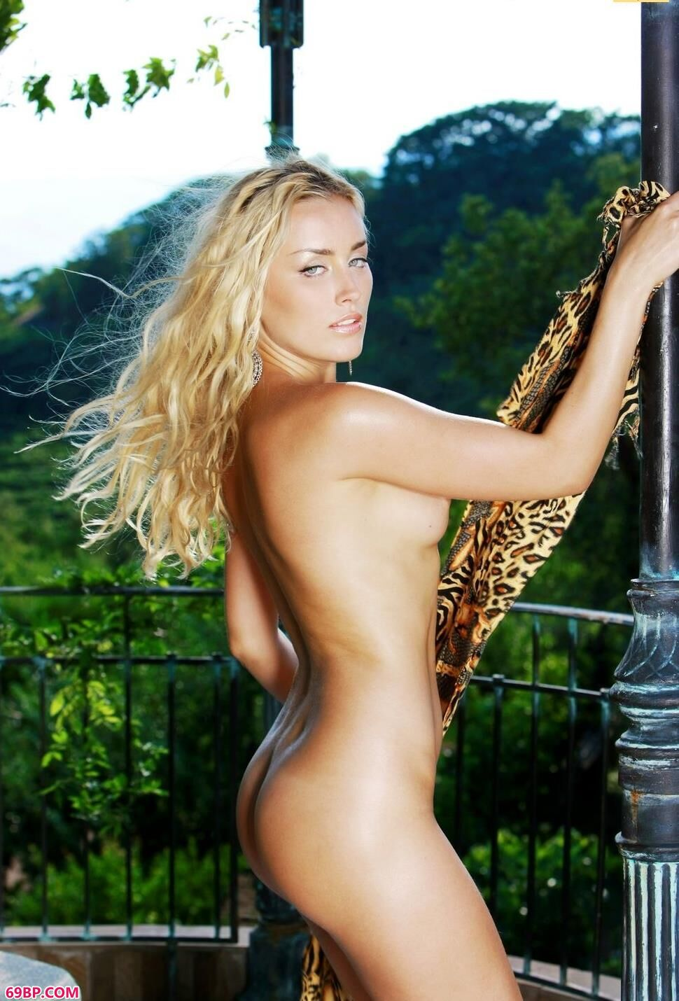 金发超模Liza绿荫下的人体写照