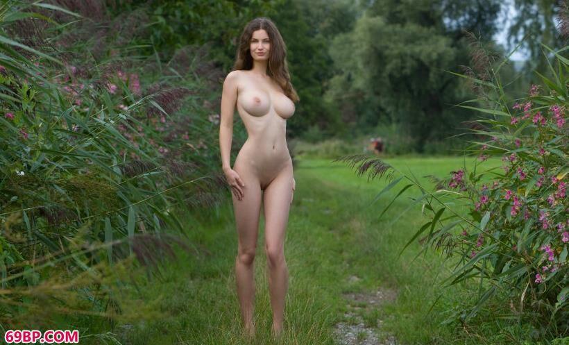走到乡间小道上的ANNA