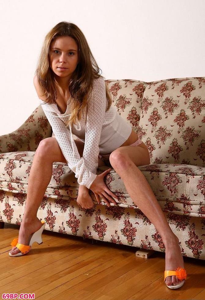 欧美妹子沙发人体艺术写真