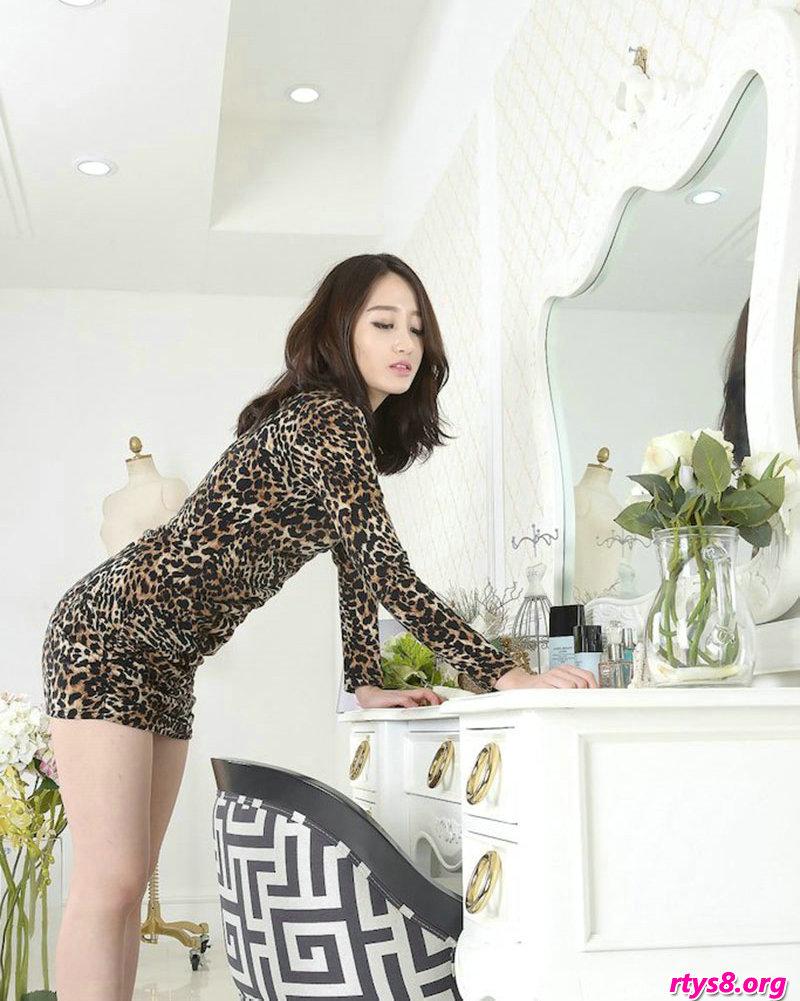 穿豹纹服饰的酥胸美模Sua梳妆镜前拍摄